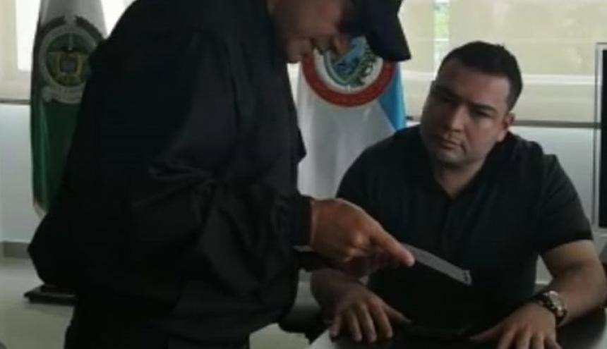 El mayor Cristian Adrián Torres Castellanos, subcomandante de la Policía de Buenaventura, en momentos en que le eran leídos sus derechos como persona capturada.