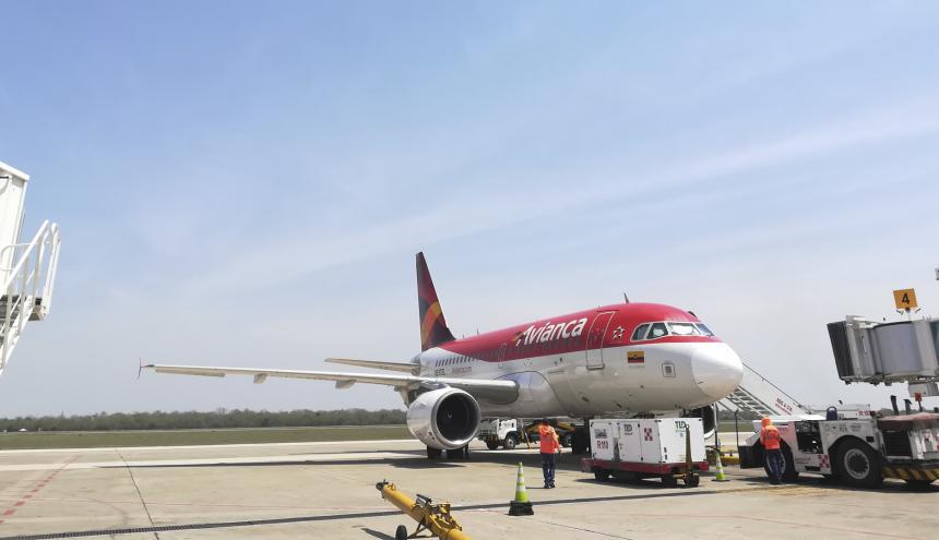 Un avión de Avianca estacionado en el aeropuerto Ernesto Cortissoz que sirve a Barranquilla.