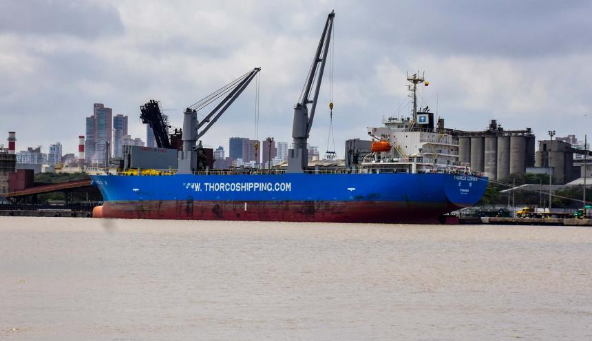 Embarcación atracada en una de las terminales portuarias de Barranquilla.