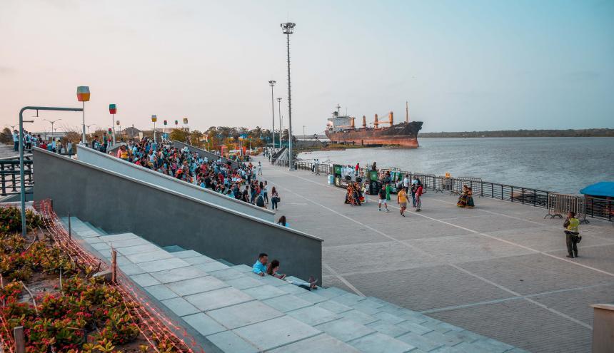Visitantes del Gran Malecón del Río, sector Puerta de Oro, disfrutan del paisaje que les ofrece el lugar.