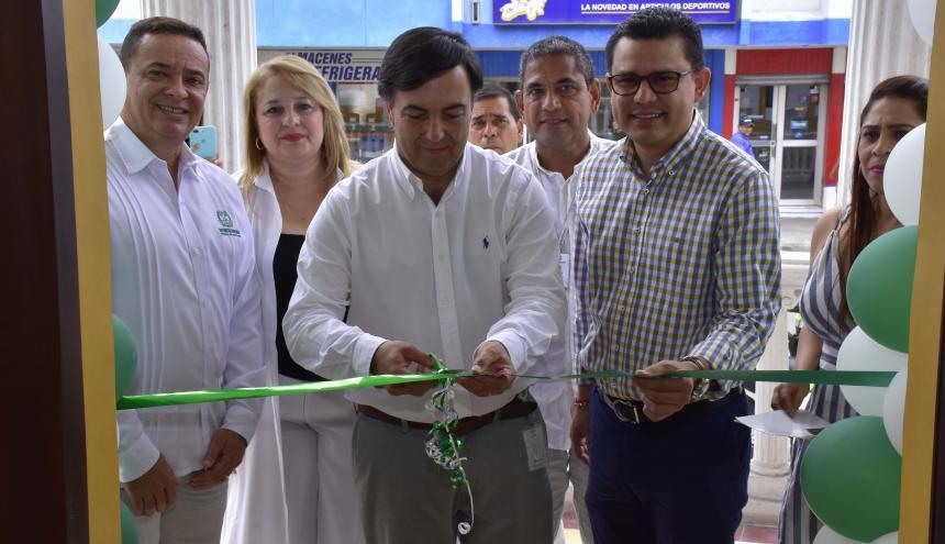 El registrador Juan Galindo corta la cinta en compañía del gobernador (e) Armando De la Hoz y de los delegados Orlando Caballero y Patricia Cárdenas.