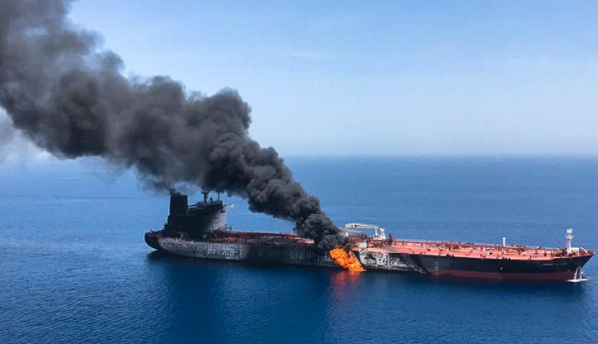 El fuego y el humo de uno de los buques que fueron atacados en las aguas del Golfo de Omán.