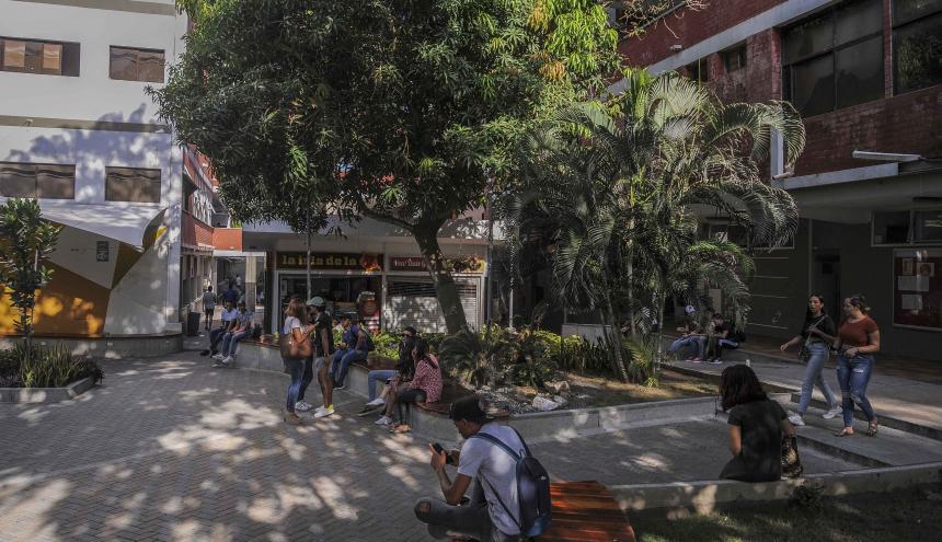 Estudiantes de la Uniautónoma en la plazoleta principal de la institución.