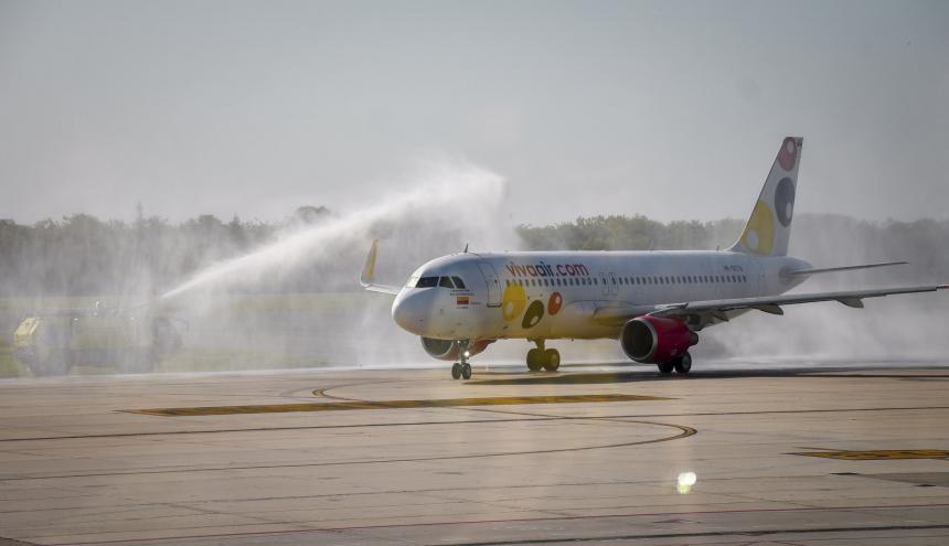 Momento en el que aterriza un avión de Viva Air, procedente de la ciudad de Bogotá.