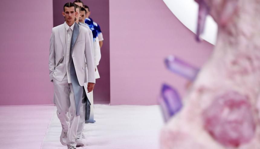 Dior presentó trajes de corte perfecto.