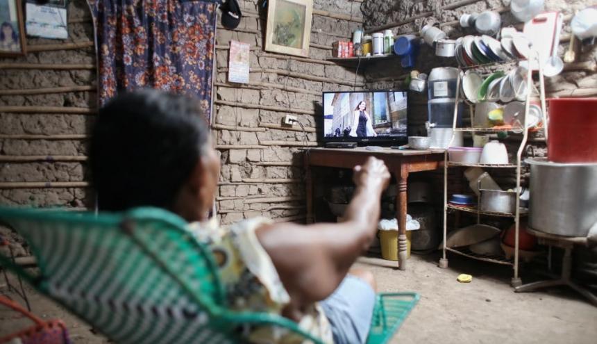 Esta ama de casa de una de las veredas de Fonseca estrenó la energía solar encendiendo su televisor.