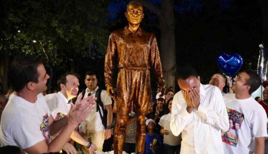 Kiko Barrios llora tras develar su escultura.