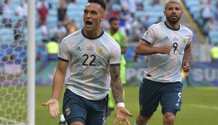 Los delantero Lautaro Martínez y Sergio Agüero, goleador de argentina ante Catar.