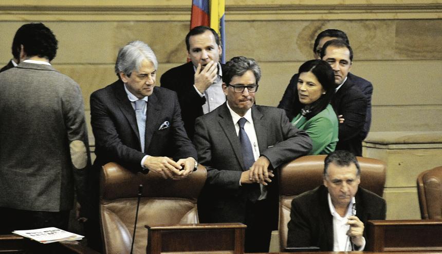 El ministro de Hacienda, Alberto Carrasquilla (centro), en uno de los debates en el Congreso.
