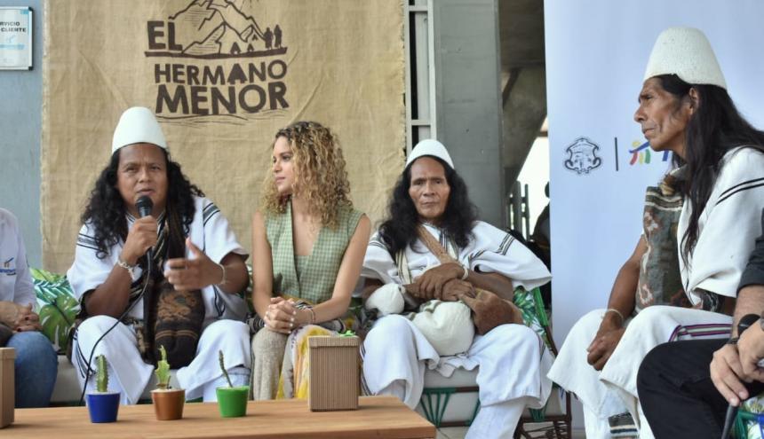 Autoridades arhuacas junto a Giselle Lacouture.