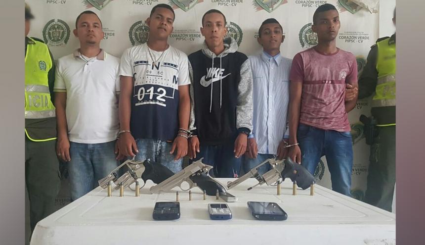 Los cinco presuntos delincuentes capturados.