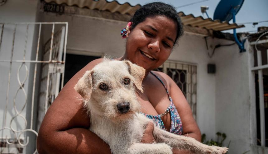 Peluche junto a su ama Delmis Castillo, quien ha tenido que protegerlo con medidas estrictas.