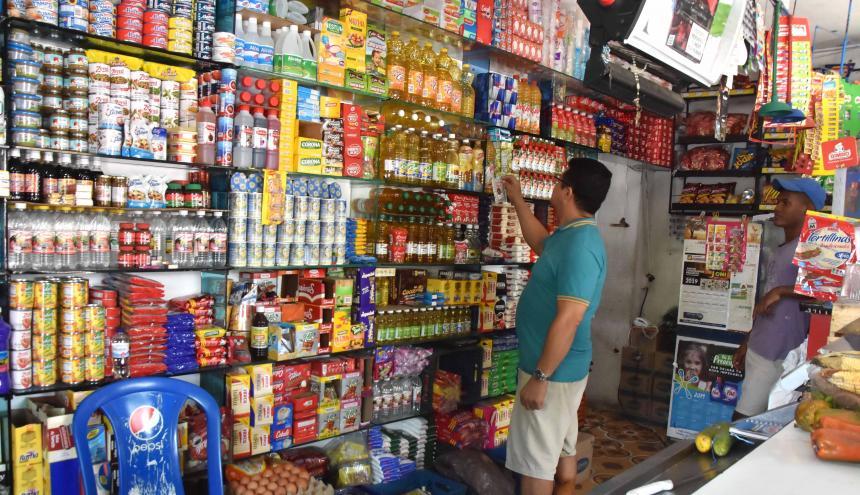 Un tendero organiza la mercancía. Estos establecimientos no estaban incluidos en el anterior decreto.