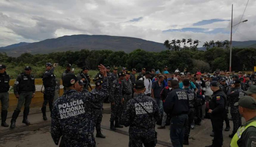 Momentos en los que el grupo ingresaba a territorio colombiano, tras ser deportados.