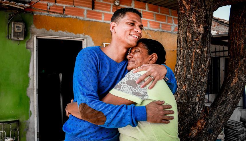 Deivis Crespo abraza a su mama, Josefa Constante.