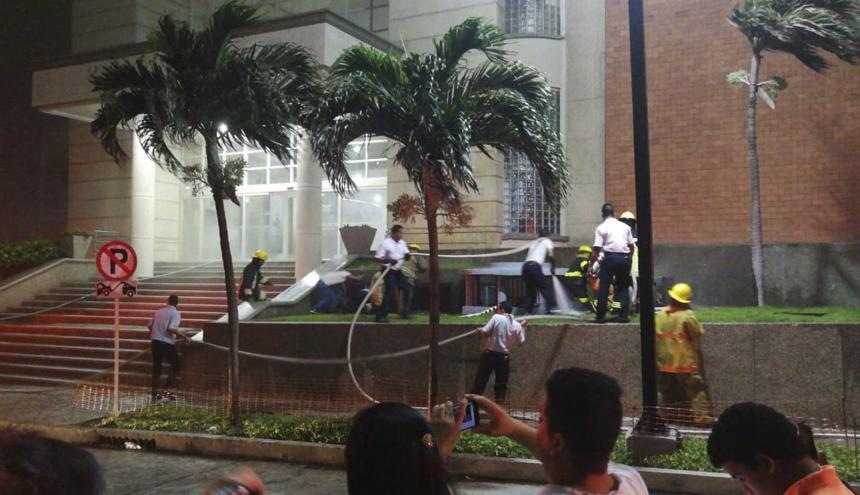 Bomberos atienden la emergencia en el centro comercial Buenavista 1.