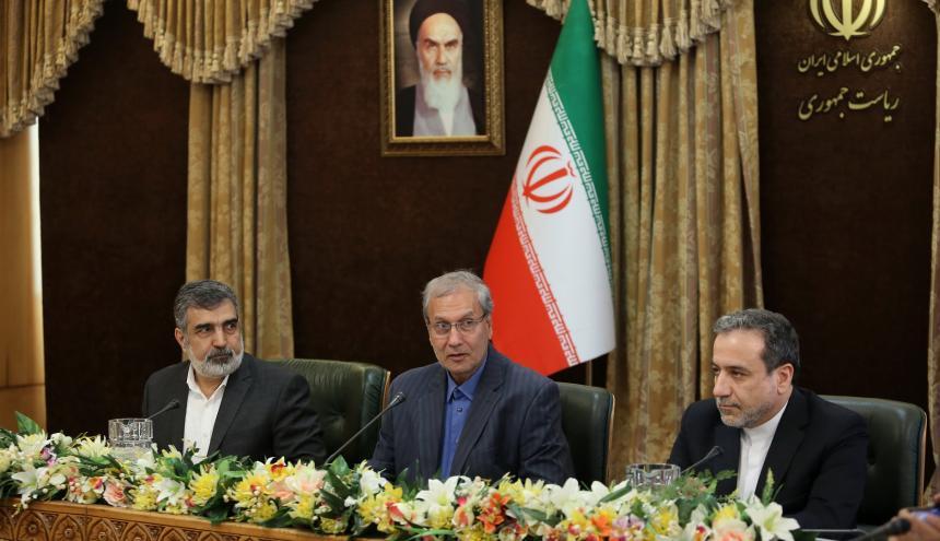 Portavoz de la Organización de Energía Atómica de Irán Behluz Kamalvandi, del portavoz del gobierno Ali Rabiei y del viceministro de Relaciones Exteriores, Abbas Araghchi.