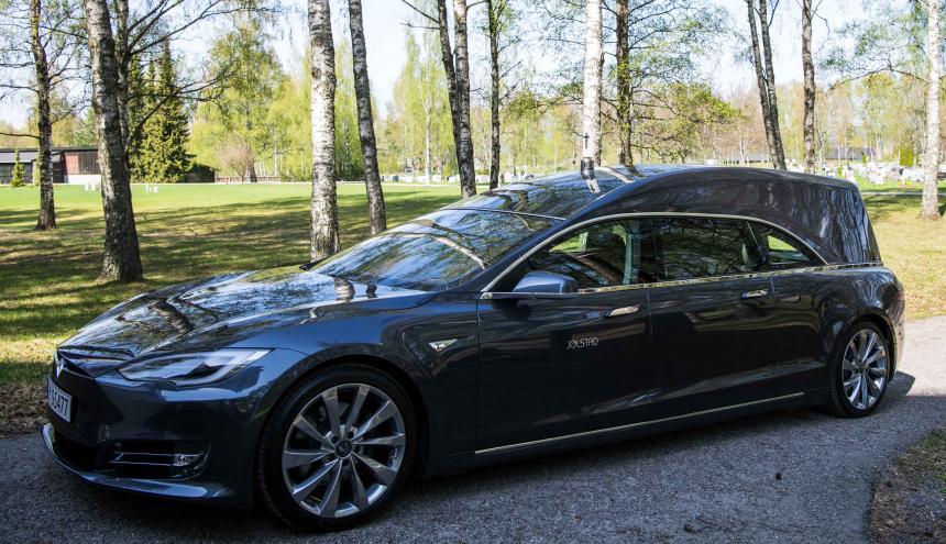 Un auto eléctrico de Tesla que sirve de coche fúnebre.