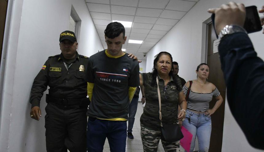 Sebastián Castro, rumbo a audiencia. En el extremo derecho, su hermana Malka.