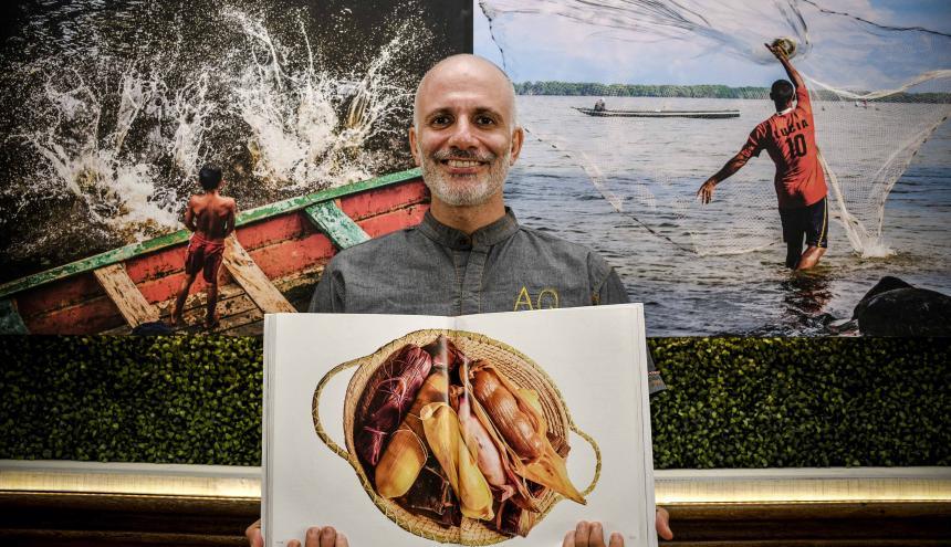 El chef y arquitecto Álex Quessep, muestra una de las fotografías del libro.