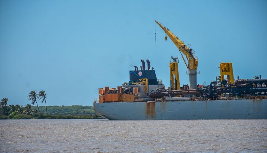 Embarcación 'Francis Beaufort' navegando por el canal de acceso.