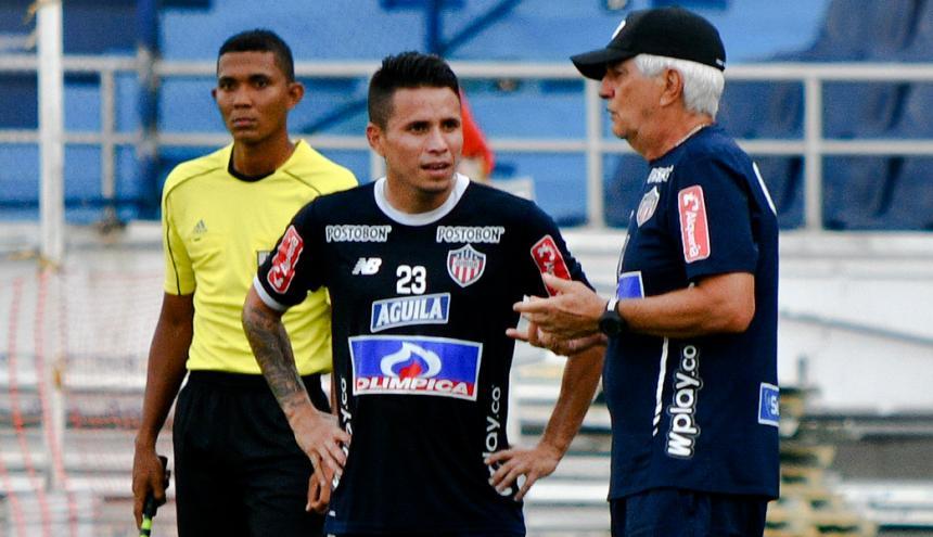 Julio Comesaña entregando instrucciones a Roger Torres en el partido amistoso ante Unión Magdalena.