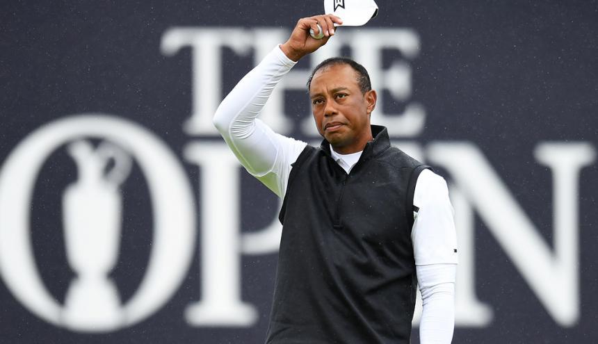 Woods saludando al público al terminar la jornada.