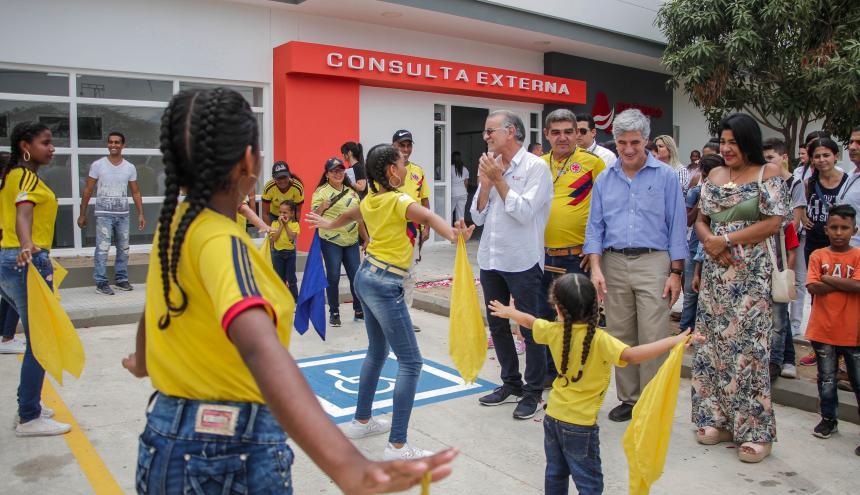 El ministro Uribe y el gobernador Verano, durante la inauguración del hospital de Candelaria.