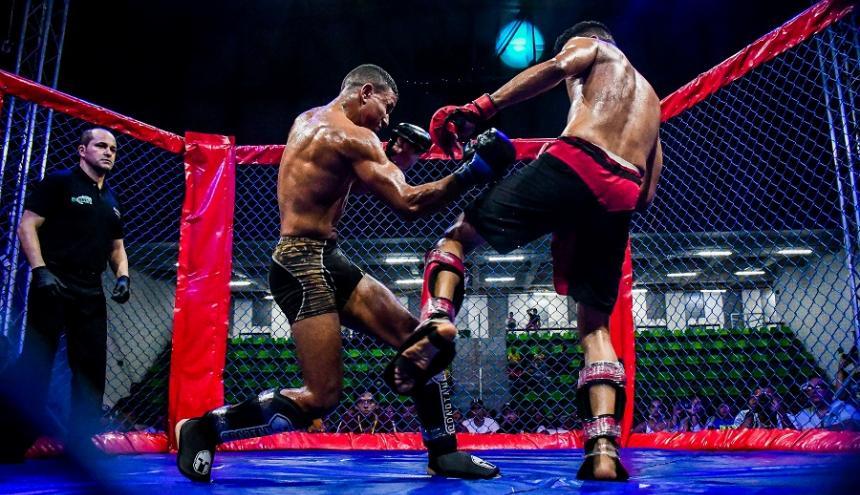 El peleador barranquillero Michael Bustamante (izq) ante Randal Otálora.