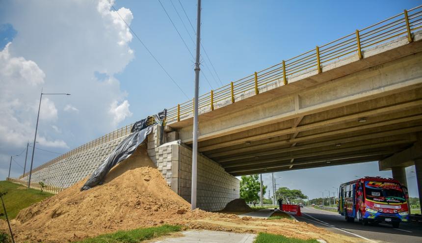 Vista general del derrumbe de las escamas de concreto en el puente de la Circunvalar de la Prosperidad