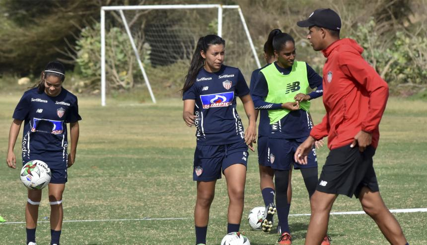 El DT Óscar Ramírez junto a Yoreli Rincón y Karla Torres en la práctica de ayer.