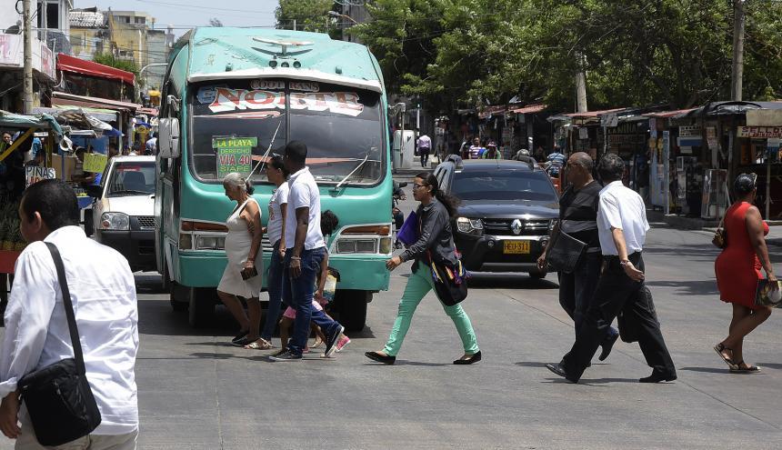 Personas transitan por el sector del Paseo Bolívar en el centro de Barranquilla.