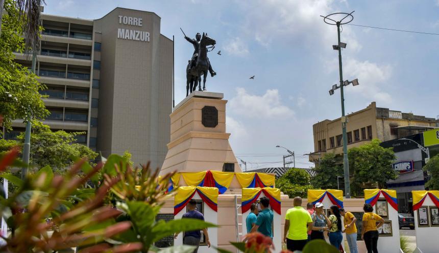 Con banderas de Colombia y una exposición cronológica de los hitos históricos ocurridos en el Paseo Bolívar se celebró ayer el centenario de la estatua ecuestre del Libertador. Con el evento, la Secretaría de Cultura del Distrito rindió tributo al Patrimonio Histórico de la ciudad a través de este icónico monumento hecho en bronce.