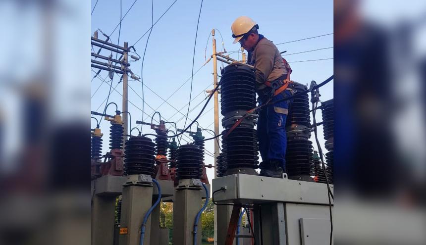 Operario de Electricaribe realiza mantenimientos dentro de una subestación de la compañía.