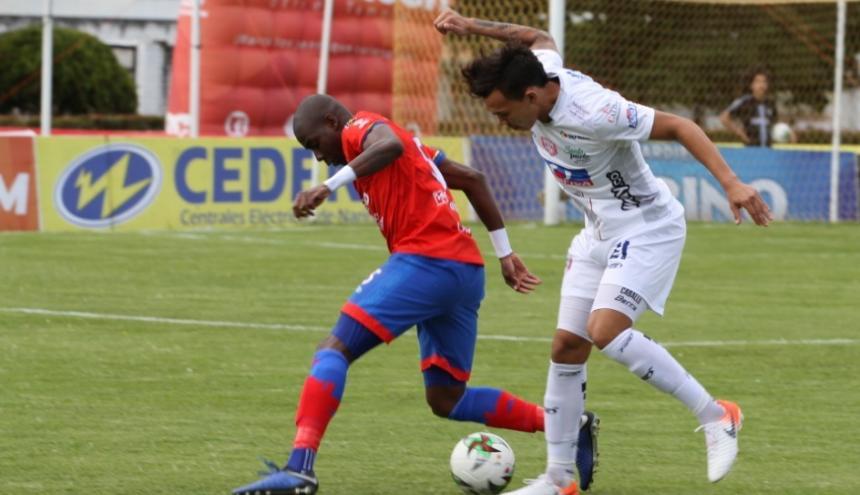 El goleador Ricardo 'Caballo' Márquez (der.) no tuvo mayor incidencia durante el compromiso efectuado en el estadio Municipal de Ipiales (Nariño).