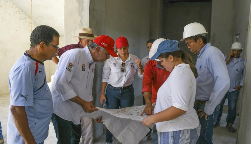 El gobernador Verano, la secretaria Fernández y delegados de la firma contratista revisan los planos.