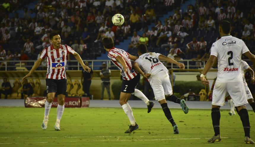 Hernández tratando de juntarse con Teófilo.