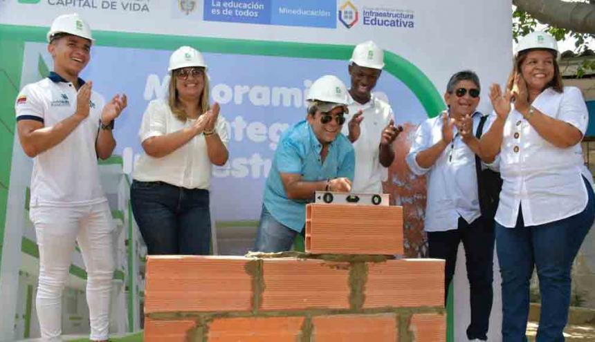 El alcalde Alejandro Char y la secretaria Bibiana Rincón durante el acto.