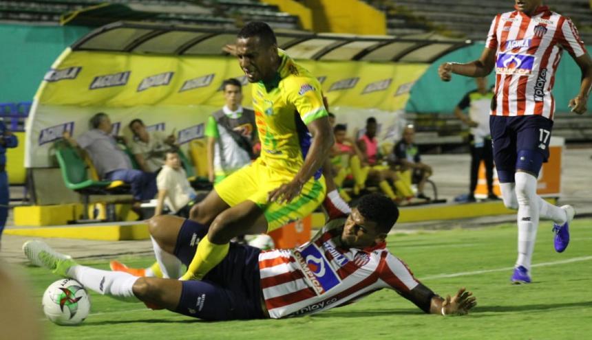 El defensor cartagenero Rafael Pérez lanza una plancha para recuperar el balón en un costado de la cancha.