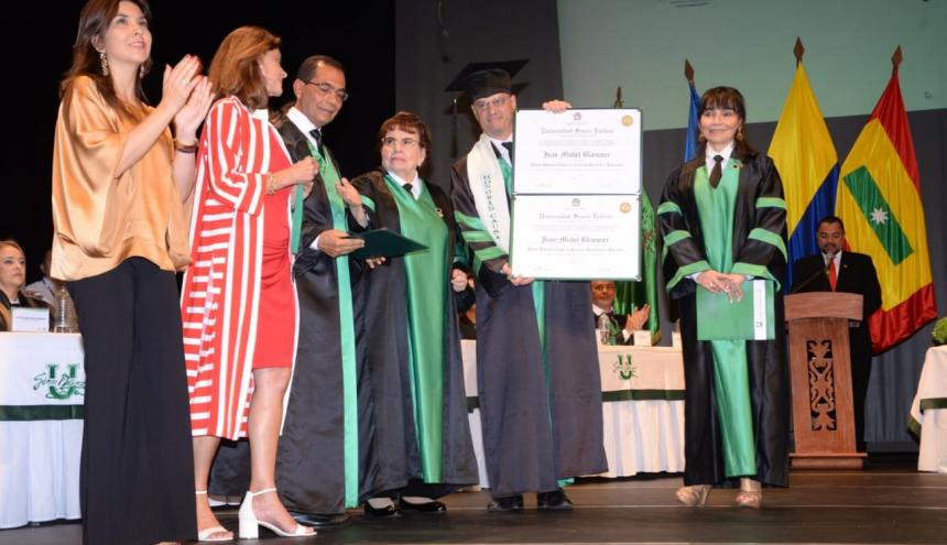 El ministro de Educación y Juventud de Francia, Jean-Michel Blanquer, recibe el reconocimiento.
