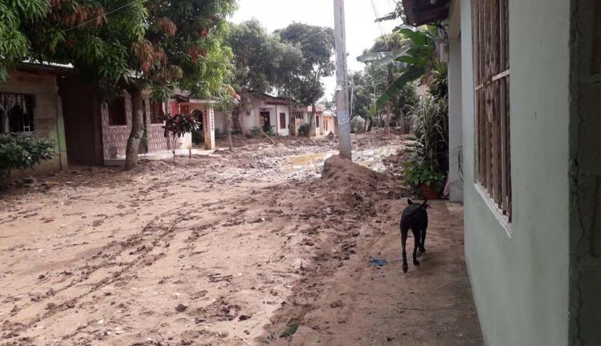 Una de las calles llenas de lodo por las lluvias.