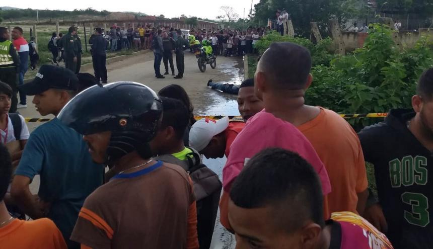 El cuerpo de la víctima quedó tendido en la vía pública.