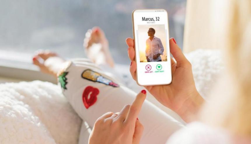 Una mujer revisa la aplicación de Tinder.