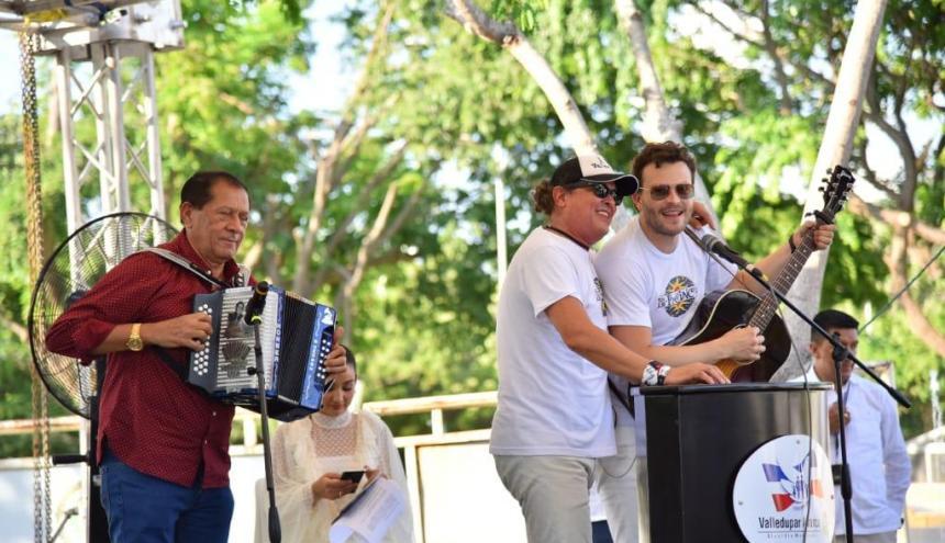 """Carlos Vives canta """"Indira"""". Lo acompañan en el acordeón Emilianito Zuleta Díaz, y en la guitarra, Gusi."""