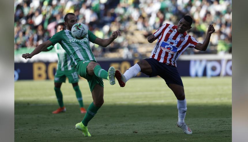 Narváez le gana el balón al argentino Hernán Barcos.
