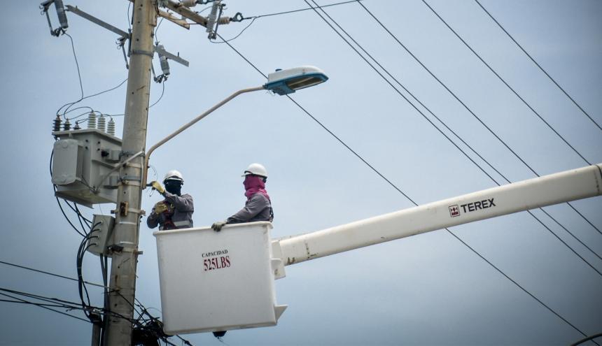 Operarios de Electricaribe realizan mantenimiento a un poste en Barranquilla.