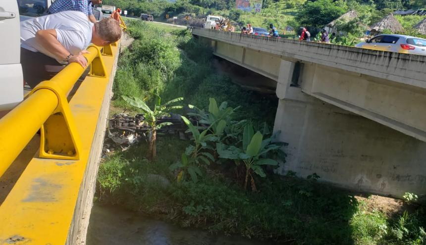 El conductor perdió el control al llegar al puente.