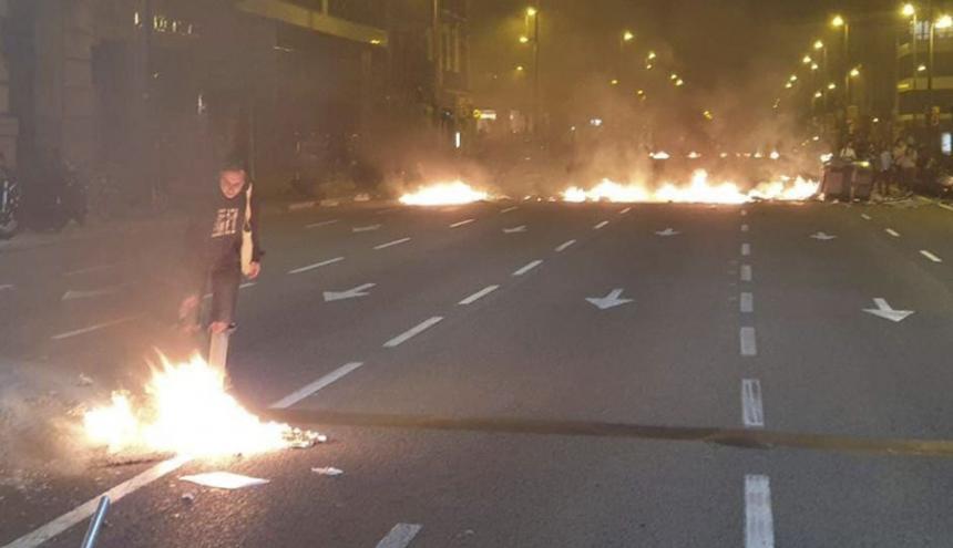 Momento en que los marchantes arman las barricadas.