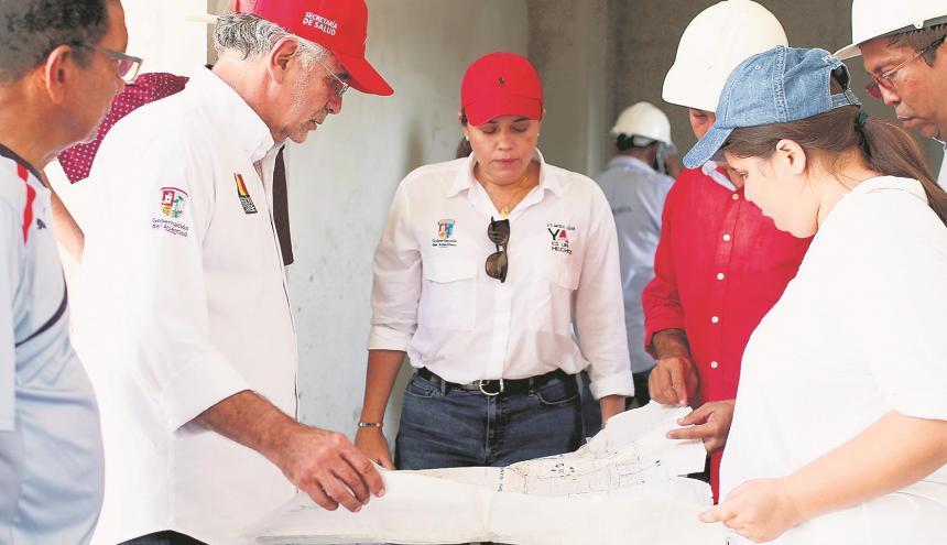 El gobernador Eduardo Verano y la secretaria de Cultura, María Teresa Fernández, observan los planos de la Casa de Cultura en Campo de la Cruz.