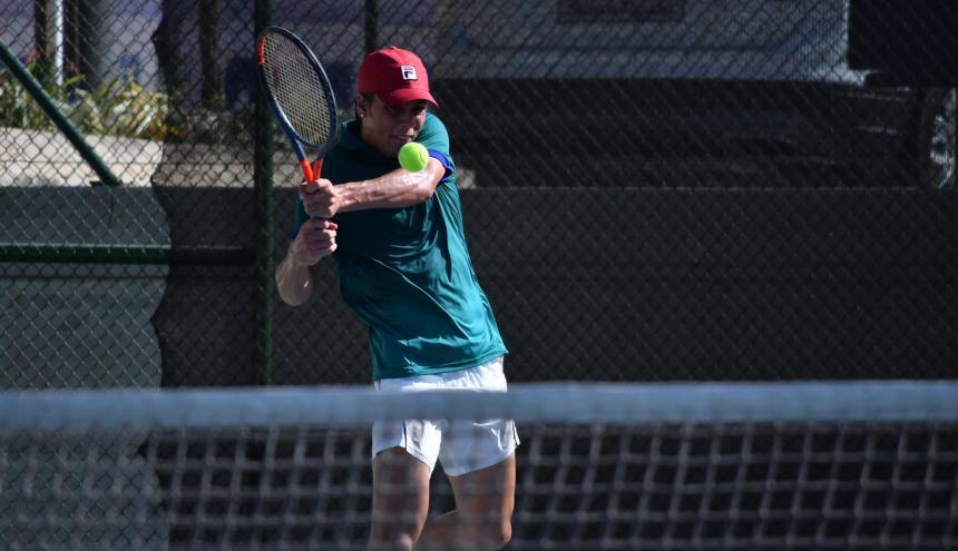 La raqueta brasilera Pedro Boscardin, siembra once del Mundial, jugando en el campo nueve ante Garcian.
